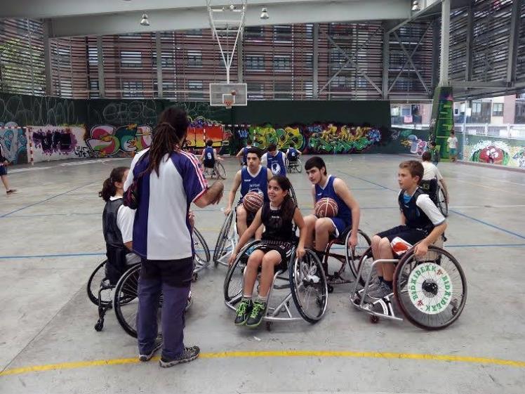 deportes colectivos en secundaria para niños en silla de ruedas
